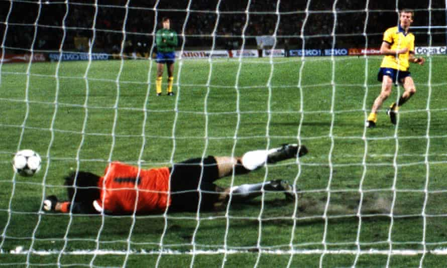 Carlos Perreira saves Graham Rix's penalty to give Valencia a 5-4 victory in the shootout.