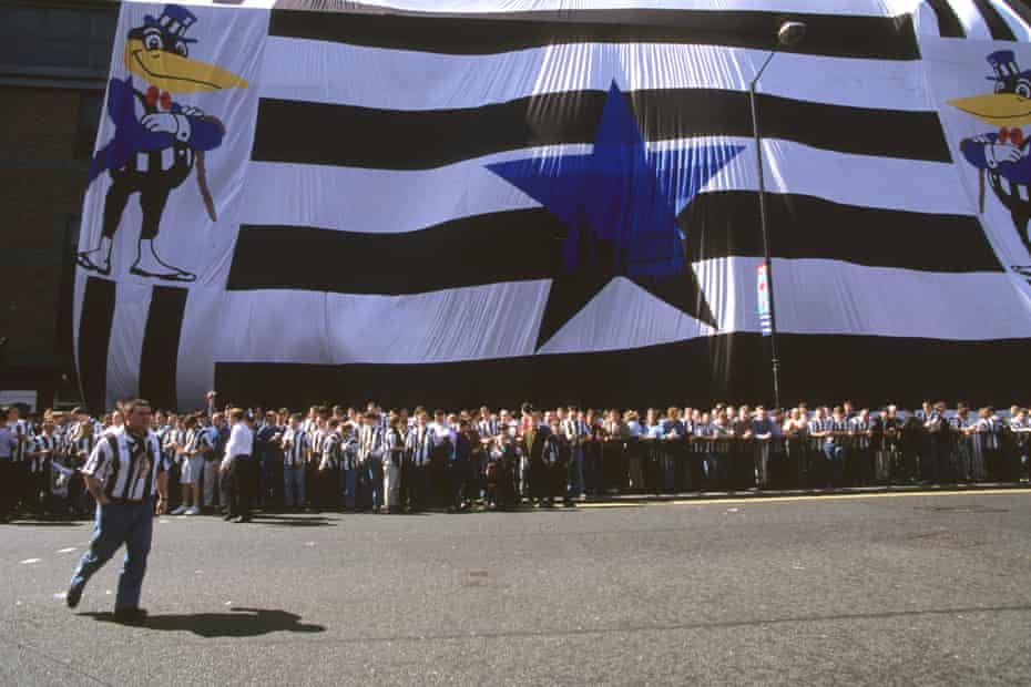 Les fans de Newcastle attendent devant St James 'Park pour accueillir Asprilla.