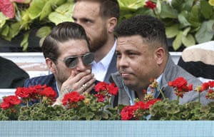 Sergio Ramos feeling the need to cover his mouth at the tennis too, now.