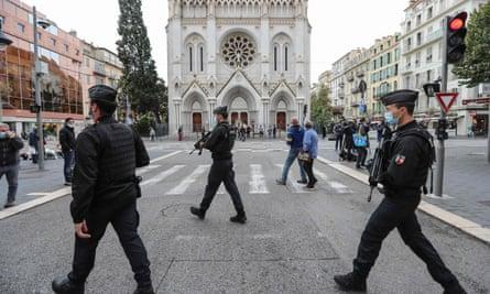ژاندارم ها در 31 اکتبر اطراف کلیسای جامع در نیس را ایمن می کنند.