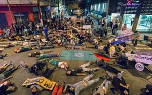 Manifestantes simulam mortes em Pinheiros. Fotografia: Ignacio Aronovich