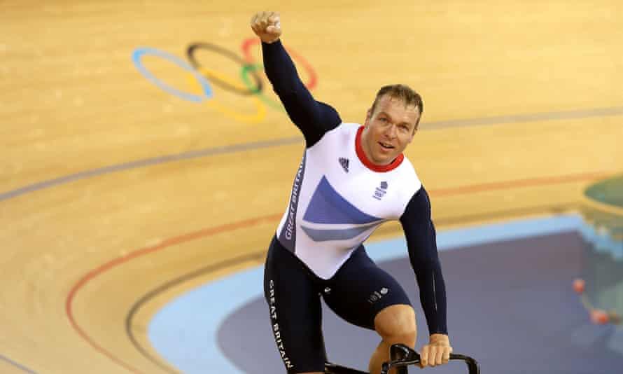 Chris Hoy feiert am ersten Tag des Bahnradsports im Velodrom im Olympiapark London Gold im Team-Sprint-Finale der Herren.