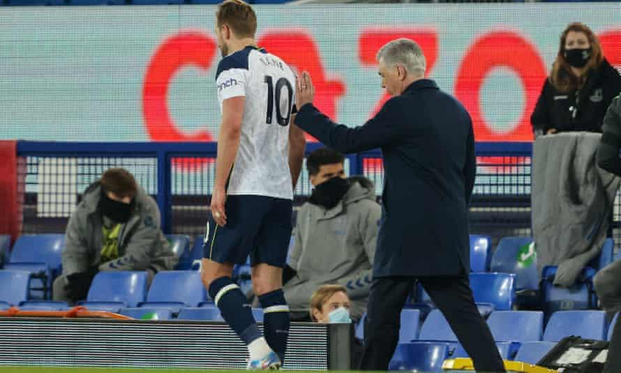 Carlo Ancelotti comforts Harry Kane as he departs the Goodison Park scene