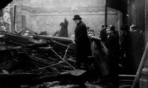 Winston Churchill y su esposa investigan el daño de una bomba en Londres durante el rayo de 1940.