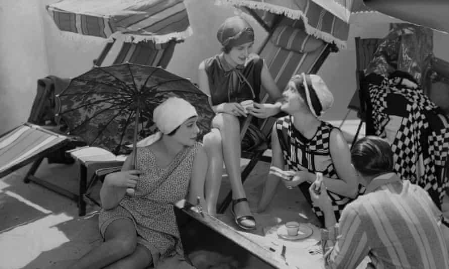 Models picnicking on the beach, 1925.
