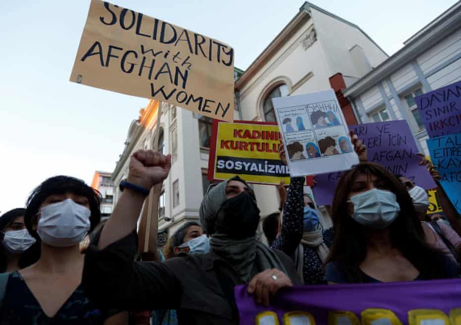 Activistas sostienen pancartas en apoyo de las mujeres afganas durante una manifestación en Estambul, Turquía.