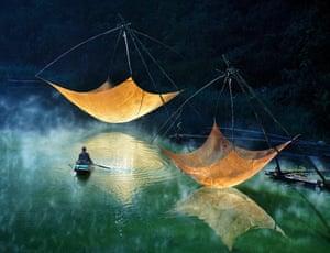 Fishing net checking, Vietnam 2014 Hoang Long Ly