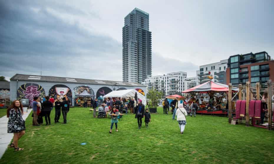 Allée du Kaai, surrounded by new housing developments, hosting family festival Sjoemelage in 2015.