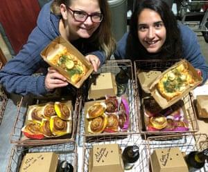 Vikki et Nadisha, étudiants internationaux et employés de The Swedish Baker, posent avec certains de leurs produits.