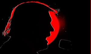 Trump recortada detrás de un amanecer rojo