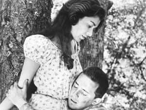 Virginia Leith and Paul Mazursky in Fear and Desire.