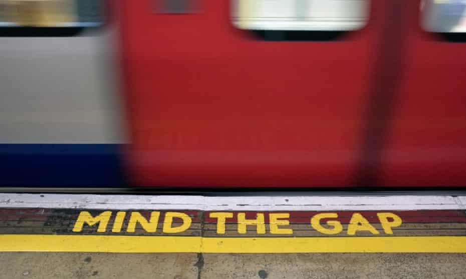 mind the gap sign on london underground