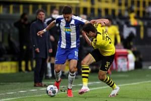 Giovanni Reyna (right) of Borussia Dortmund battles for the ball with Hertha's Marko Grujic.