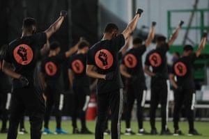 Les joueurs des équipes MLS participent à une manifestation d'avant-match Black Lives Matter