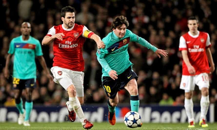 Lionel Messi compite por el balón con Cesc Fábregas del Arsenal en la reunión de la UEFA Champions League 2011 en los Emiratos Árabes Unidos.