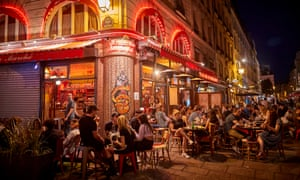 A packed bar on the Rue de Seine in Paris