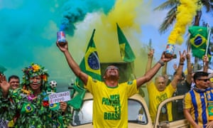 Supporters of far-right presidential candidate Jair Bolsonaro show support in front of his condominium of Barra de Tijuca, in Rio de Janeiro, on Sunday.