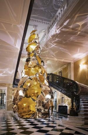 Umbrella Christmas Tree Uk.Claridge S Burberry Tree What It Says About Christmas 2015