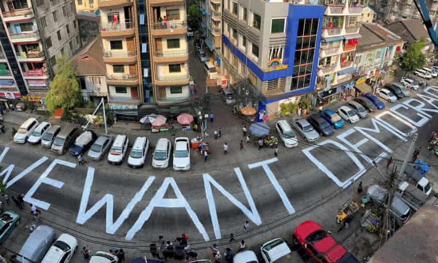 Un slogan este scris pe o stradă ca un protest după lovitura de stat din Yangon, Myanmar, 21 februarie 2021