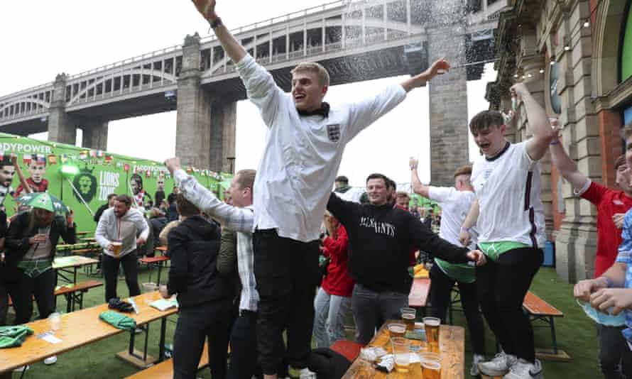 Los aficionados de Inglaterra celebran después de que Harry Maguire anotó el segundo gol contra Ucrania