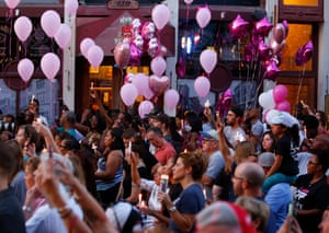 Dayton, Ohio: Mourners carry pink balloons