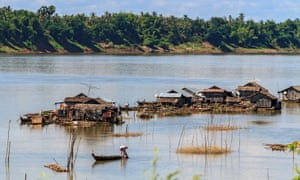 Floating Vietnamese houseboats o­n the Mekong River off Koh Trong Island near Kratie, Cambodia