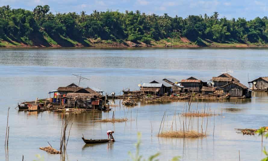 Floating Vietnamese houseboats on the Mekong River off Koh Trong Island near Kratie, Cambodia