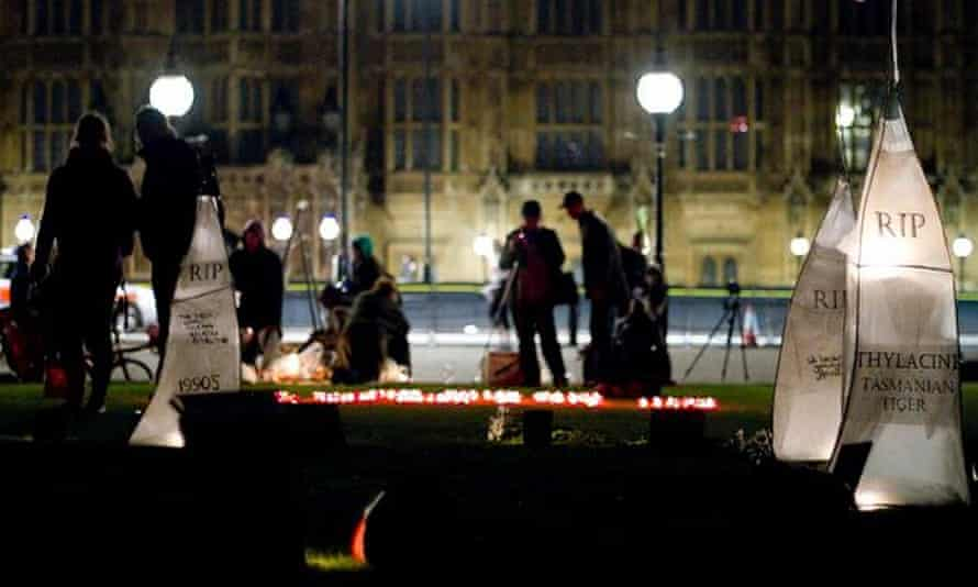 A memorial to extinct species outside Whitehall in 2010 created by Persephone Pearl, Jessie Martelhof, Thomas Daniell .