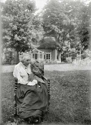 Major Alström's wife with the owl, Göksbo, Altuna Parish: 1932  Photography curator and writer Thomas Weski: 'We notice how calm and secure in themselves the people in these pictures seem to be. It is particularly moving to observe that they show affection and openness to the photographer, testifying to their familiarity and trust. The subjects are fully aware that there is something special about being photographed, they have put on their best clothes and brought along their favourite animals and objects that become part of the staging in front of the camera'