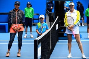 Japan's Naomi Osaka (L) and Russia's Anastasia Pavlyuchenkova pose for pictures before their women's singles match.