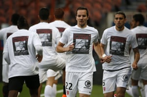 "Metz players wear t-shirts reading ""Together let's save Serge Atlaoui"" as they train before the match between Paris Saint-Germain (PSG) and FC Metz."