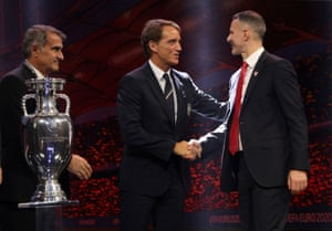 Roberto Mancini shakes hands with Ryan Giggs.