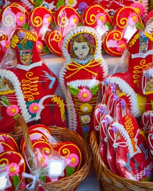 Gingerbread woman: smile at the vendor and he might give you a free sample.