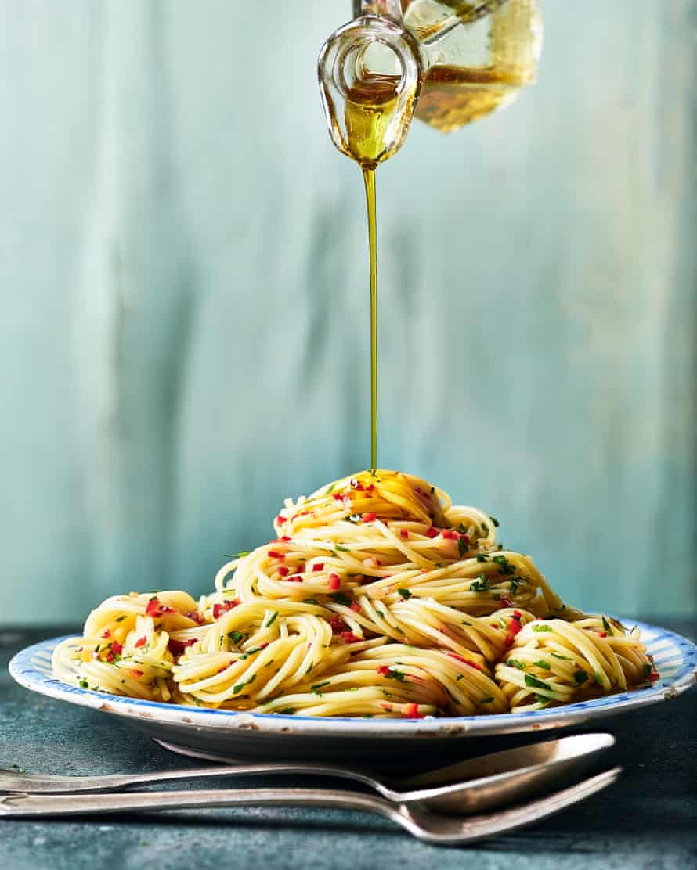 Marcella Hazan's spaghetti, garlic and olive oil sauce, Roman style (aio e oio).