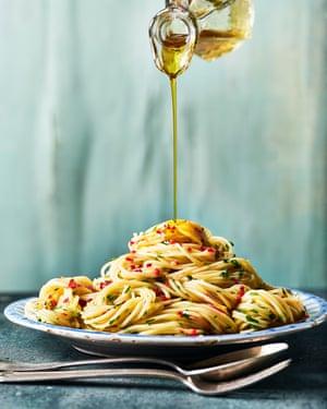 Marcella Hazan's spaghetti, garlic and olive oil sauce