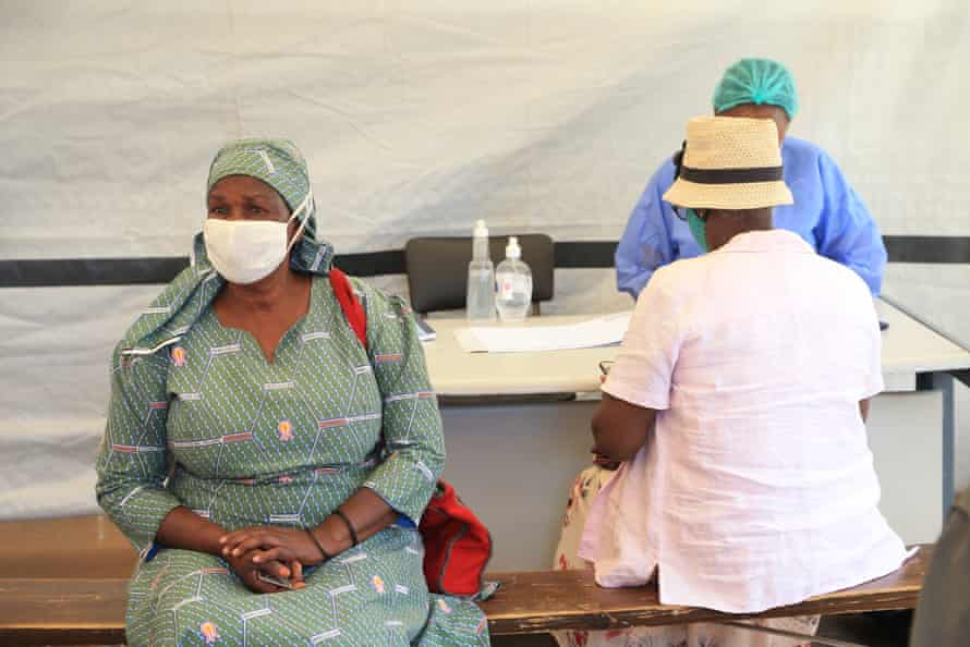 Zimbabweans receive a vaccination against coronavirus at Parirenyatwa Hopsital in Harare, on 31 March.
