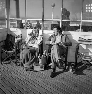 Cathleen Nesbitt (Mrs Dakin), Richard Burton (Vic Dakin) on Brighton Pier