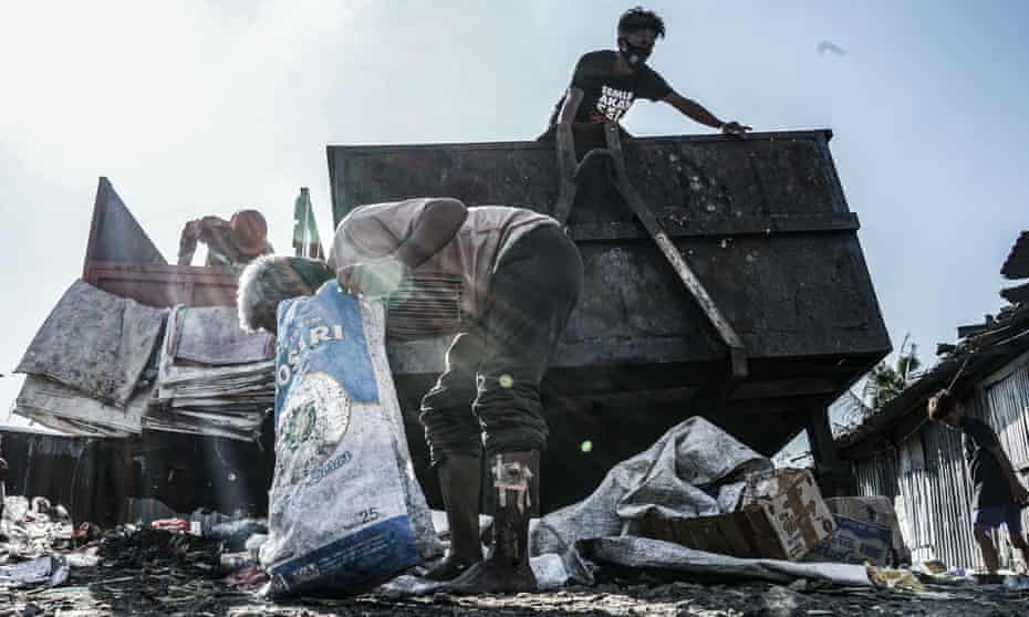 Poor people in Makassar are looking for plastic waste that can be recycled and resold for money