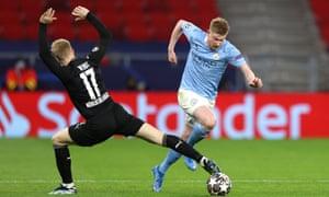 Kevin de Bruyne goes past a Gladbach defender.