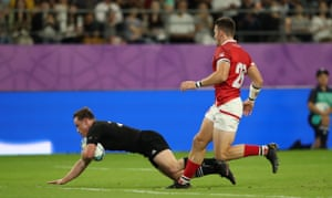 Brad Weber scores his second and New Zealand's ninth try.