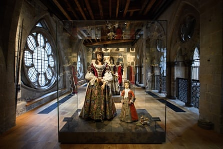Funeral effigies of Catherine Sheffield, Duchess of Buckingham and Robert Sheffield, Marquess of Normandy in the Queen's Diamond Jubilee gallery, designed by Muma.