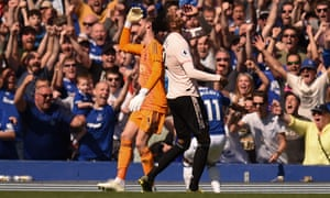 Manchester United's Chris Smalling and David de Gea show their frustration as Everton's Theo Walcott celebrates making it 4-0 on Sunday.