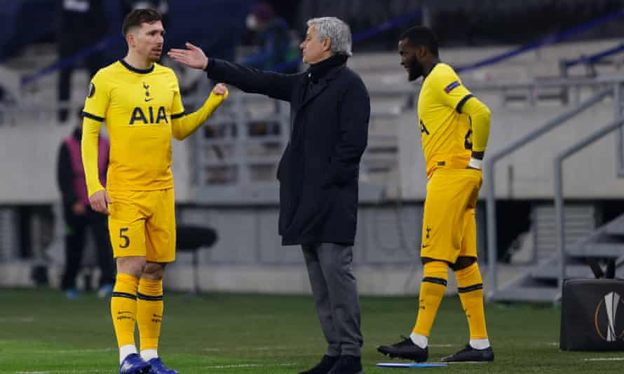 José Mourinho speaks to his players during Tottenham's win over Wolfsberger