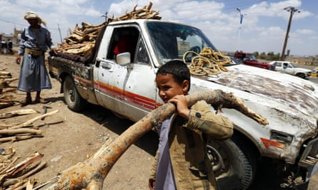 Yemenis collecting wood due to gas shortage