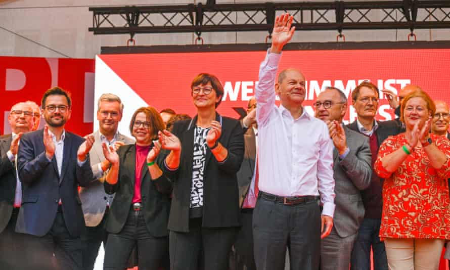 Olaf Scholz waves at the audience at the SPD's closing election campaign rally