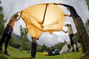 Des adolescents installent leur tente au camping du National Trust à Wasdale Head, Cumbria.