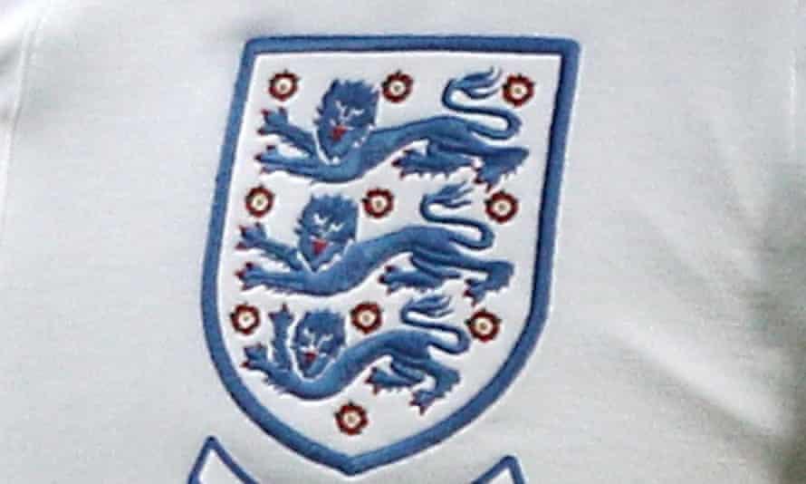 تاج اتحادیه فوتبال روی پیراهن انگلیس دیده می شود.