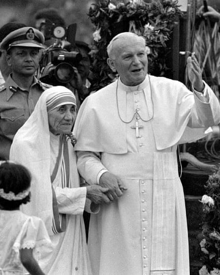 Pope John Paul II holds hands with Mother Teresa in Kolkata, 3 February 3 1986.
