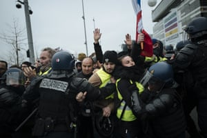 Paris: Yellow vest protesters march