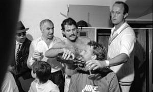 在英格兰的灰烬获胜之后,埃尔顿约翰,劳里布朗和利亚姆博塔姆与英格兰的艾伦兰姆,伊恩波特姆和菲尔埃德蒙兹一起在更衣室里庆祝。